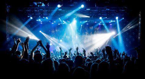 Lichttechnik, Bühnentechnik und Tonanlage untermalen perfekt die Bühnenshow auf einem Großkonzert.