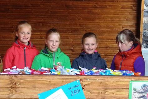 Kinder der Grundschule Bödefeld beim Verkauf von Schmunzelsteinen