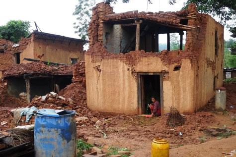 © Fotos jb - Nur unter dem stabilen Türrahmen kann diese Frau in ihrem Haus  noch sicher sein.