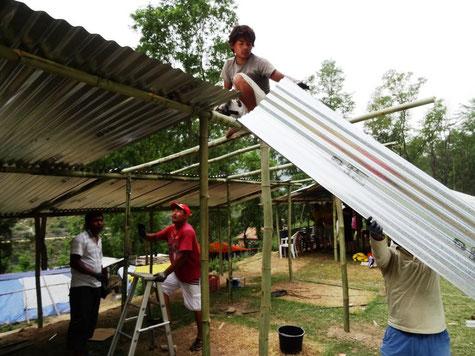 © Gemeinsam mit den Dorfbewohnener errichten wir Shelter