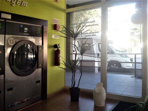 ideal: ein Parkplatz fürs Womo vor der Tür des Waschsalons in Esposende (Portugal)