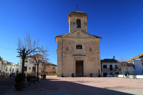 The main square and church of Nívar
