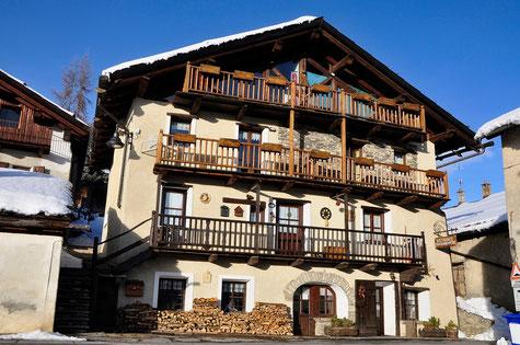 L'antica baita alpina che ospita, al piano terreno, il Ristorante Du Grande Pere