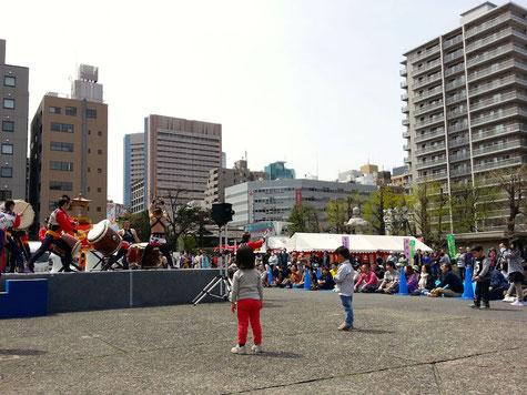 境内では、大江戸助六太鼓の演奏が始まりました。手裏剣戦隊ニンニンジャーは、この後だからね!