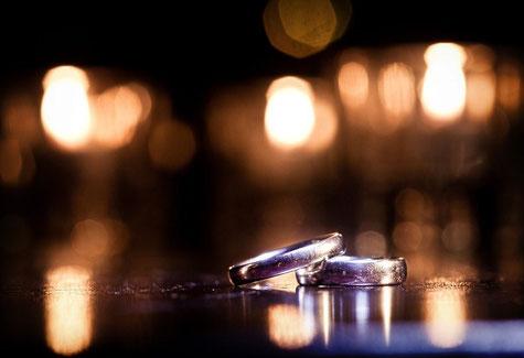 Ringe für freie Trauung. Ringtausch freie Trauungen. Ringe tauschen, segnen, reichen, überreichen bei freier Trauung und ZEremonie mit freien Theologen Rednern.