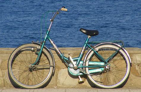vélo pliant vintage devant la mer