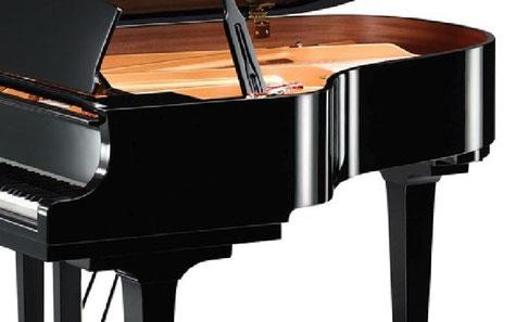 グランドピアノの側面は独特な曲面を持っています。