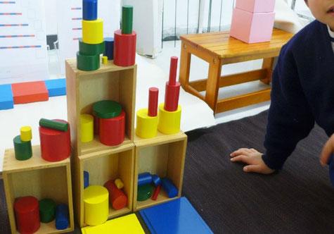 モンテッソーリの活動で、幼稚園児クラスのお友だちが感覚教具を使って、独創的なエレベーターを組み立てました