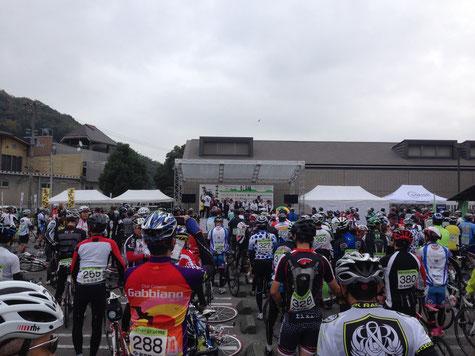 たくさんの山岳サイクリストたち、開会式の様子です