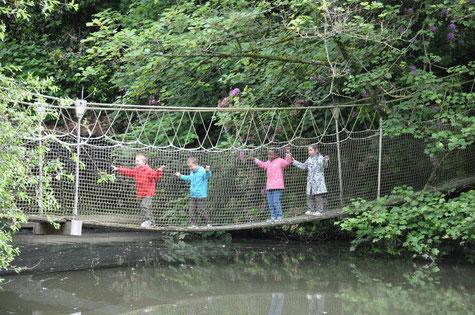 Comme des singes! sur le pont suspendu...