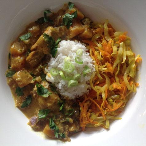 Colombo curry met witte rijst en geroerbakte spitskool en wortel.