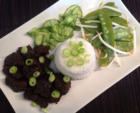 Daging boemboe bali met pandanrijst, atjar ketimoen en roerbak groente.