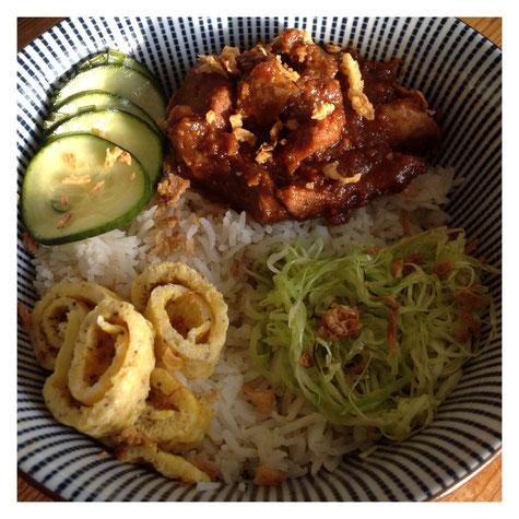 Babi Malakka met pandan rijst, omelet, spitskool en zoutzure komkommer.