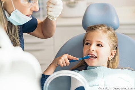 Spielerisch zeigen wir Ihrem Kind wie es seine Zähne richtig putzt.