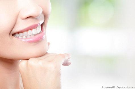 Weiße Zähne in ein bis zwei Stunden mit Power-Bleaching beim Zahnarzt!