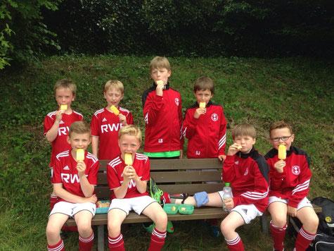 Die F-Jugend genießt den verdienten Lohn für ein hervorragendes Turnier