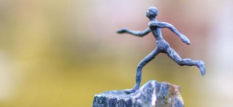 Kleine Skulptur mit laufendem Mann