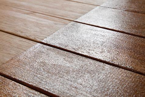 Transparente Polyurethanbeschichtung von Oberflächen aus Holz