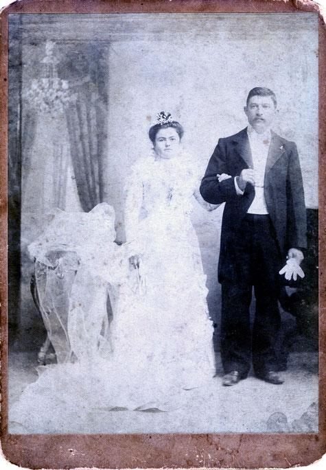 La foto de la boda de mis abuelos Juan Cambiaggio y Paula Lavarello el día 29 de abril de 1899, atrás lleva el sello del fotografo Esteban Vignale, del cual solo sé que era italiano, y estaba casado con Herminia Cambiaggio, hermana de Juan.