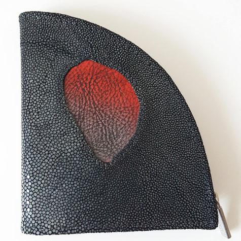 Unikat - LIMITED EDITION - Rochenhaut (artenschutzgerecht) geschliffen - fantastische Oberfläche - Designer Geldbörse von déqua, schwarz - perlmutt mit rotem Ledereinsatz (Kiemenbereich)