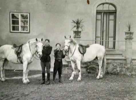 Fritzi & Hermann Höller mit ihren Reitpferden (ca.1955)