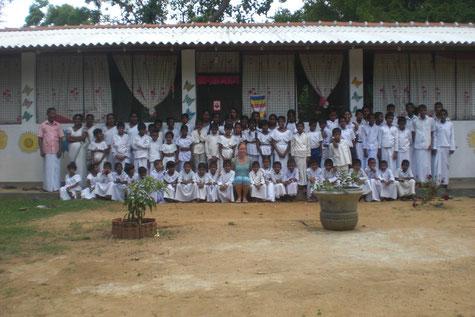 Der Eliya Kindergarten wird auch als Sonntagsschule (buddhistische Religionsstunde) genutzt - für ca 70 Dorfkinder, Eliya Kinderheim Kinder und Lehrer