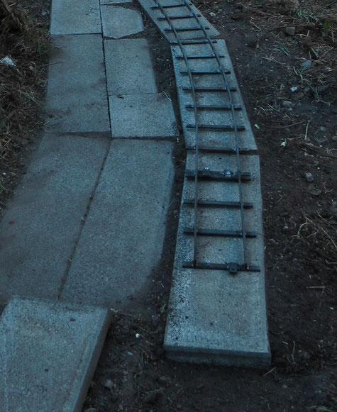 Abbildung 1: Trasse auf Raseneinfassungssteinen - ebenes Terrain