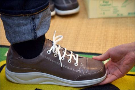 足入れしたらかかとを靴に合わせて、しっかり留めましょう