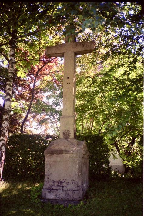 Das Wegkreuz links neben dem Cheer-Chäppeli. Den Löcher nach zu schliessen, muss am Kreuz früher einmal ein Corpus gehangen haben. (Foto: Beat Walde; 1988)