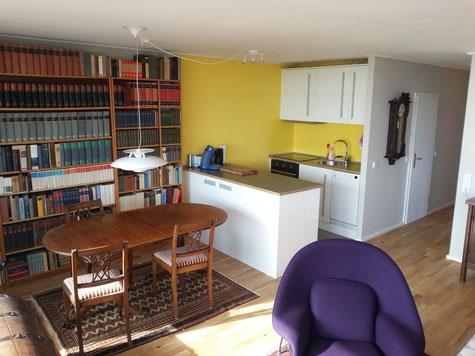 Ein Blick auf die offene Küche und den Essbereich