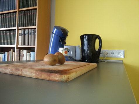 Arbeitsfläche mit fünf Steckdosen, Kaffeemaschine, Wasserkocher