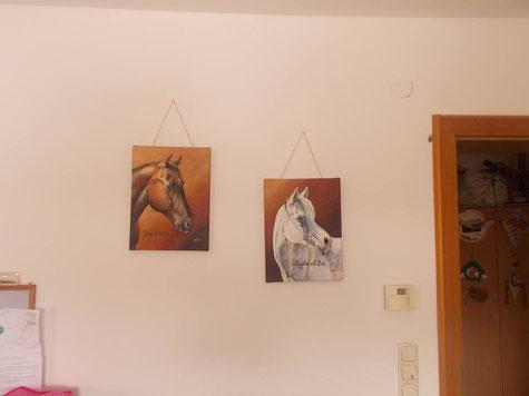 Die beiden Gemälde haben ein schönes Plätzchen im Esszimmer bekommen.