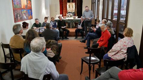 Zu einer besinnlichen Stunde versammelten sich knapp 20 Besucher in der Seitenkapelle, um Gitarrenklängen und ausgewählten Bibelstellen zu lauschen.