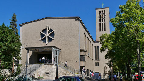 Foto der Kirche vom Juni 2017 mit der über Jahre grau gewordenen Fassade.