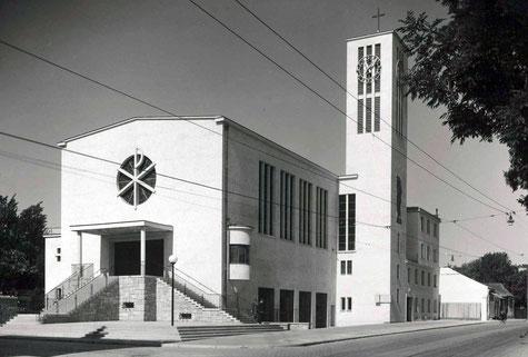 """Foto der Kirche im Jahr 1936 mit der frischen """"hellen Sandfarbe"""". So soll die Fassade wieder werden."""