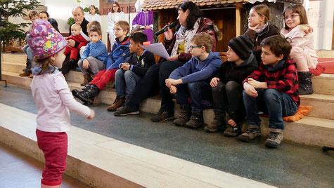 """Am vierten Adventsonntag hören Kinder in der Familienmesse die Geschichte von der """"Konferenz der Sterne"""". Jeder Stern möchte der erste im Stall sein, aber sie beschließen zusammen zum Kind in der Krippe zu ziehen!"""