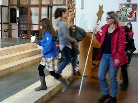 Kinder feiern einen eigenen Wortgottesdienst im Seelsorgeraum. Nach der Predigt kommen Sie zurück in die Kirche.
