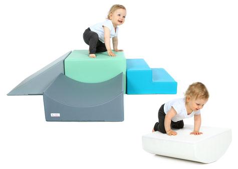 Spielwürfel als Krabbelstrecke in mint, weiß und grau, Therapiewürfel und Spielzeug