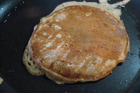 Goldgelbe Pancakes: Fertig nach 1-2 Minuten je Seite.