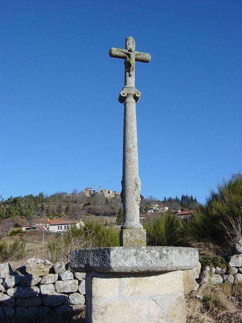 Croix exceptionnelle en granit édifiée en 1630 par la famille Montet, haute de 1,45m, elle porte sur son fût un écusson aveugle.