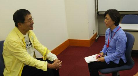 インタビュー中の小倉さん(左)と一言映子