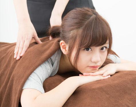 腰を揉んでも腰痛が変わらない女性