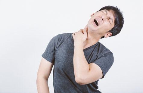 頸椎ヘルニアで肩から腕の激痛に悩む男性