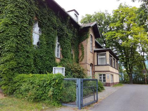 Früher Mordanstalt, heute Bezirksamt. (Foto: J. Frick)