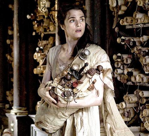 Hipatia intentando proteger de los cristianos los pergaminos, es decir, los saberes del mundo antiguo.