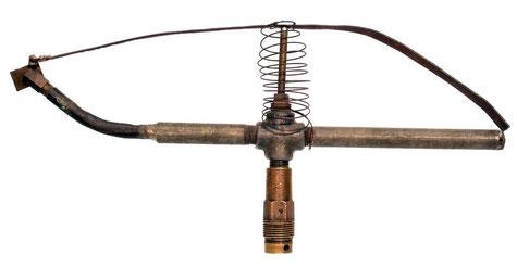 1933.  A pesar de su aspecto se trata del primer aspersor de impacto, el cual fue creado por Rain Bird. Este tipo de emisores de riego y la marca Rain Bird todavía existen en la actualidad, siendo ésta uno de los grandes fabricantes mundiales de riego.