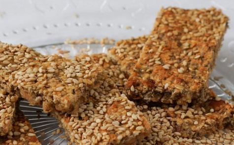 Selfmade Sesam-Erdnuss-Müsliriegel | clean, fruchtig & low carb