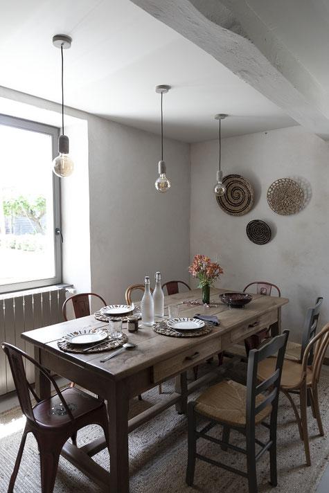 L'heure d'un rafraîchissement à la table d'hôtes gourmande, locavore, produits locaux, frais et de saison, cuisinés sur place, bio chaque fois que possible. Chambres d'hôtes de charme avec piscine, location de vacances écotourisme, Gers, Occitanie