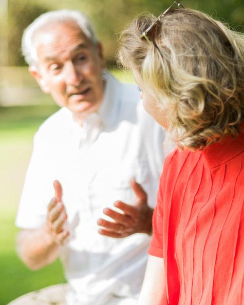 Un vieux monsieur explique sa vie à une jeune femme