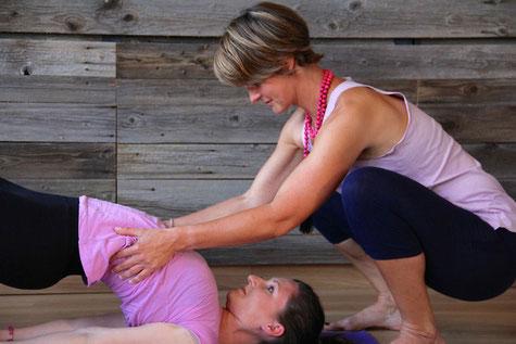 Unterstützung in der Yoga Praxis durch Claudia Martin